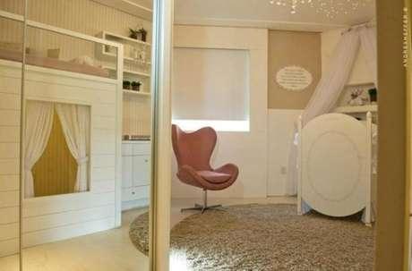11. Decoração de quarto com modelos de guarda roupa espelhado – Por: Paula Ines Sizinando