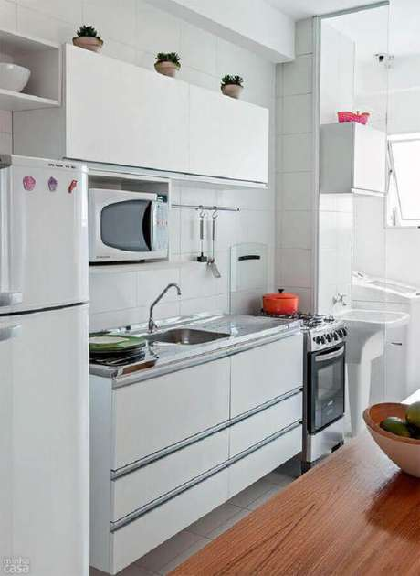 54. Decoração simples para cozinha branca compacta – Foto: Levitrabook