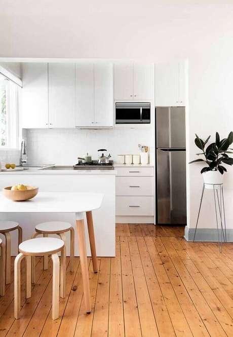 55. Todo o charme do piso de madeira para a cozinha planejada branca – Foto: Home Awakening