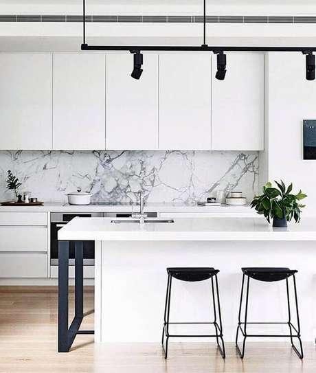 57. O azulejo de mármore levou um toque super sofisticado para a cozinha branca moderna – Foto: Pinterest