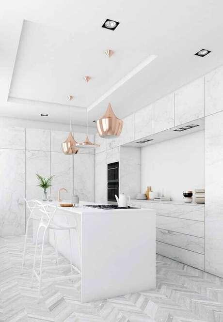 58. Sofisticada decoração para cozinha branca com pendente rose gold – Foto: Wood Save