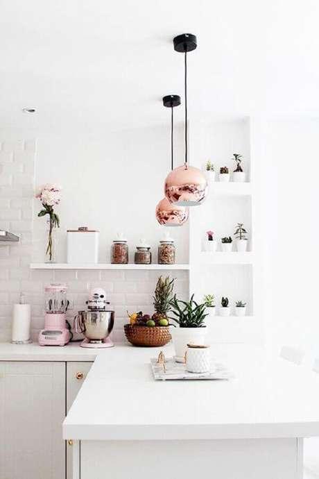 59. O detalhe em rose gold do pendente redondo é perfeito para dar um toque feminino na decoração da cozinha branca – Foto: We Heart It