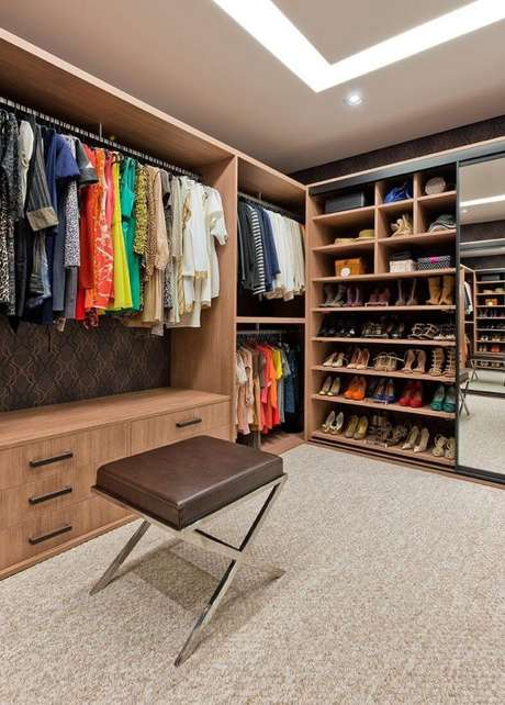 26. Modelos de guarda roupa closet feito de madeira com fundo de papel de parede – Por: Leonardo Muller