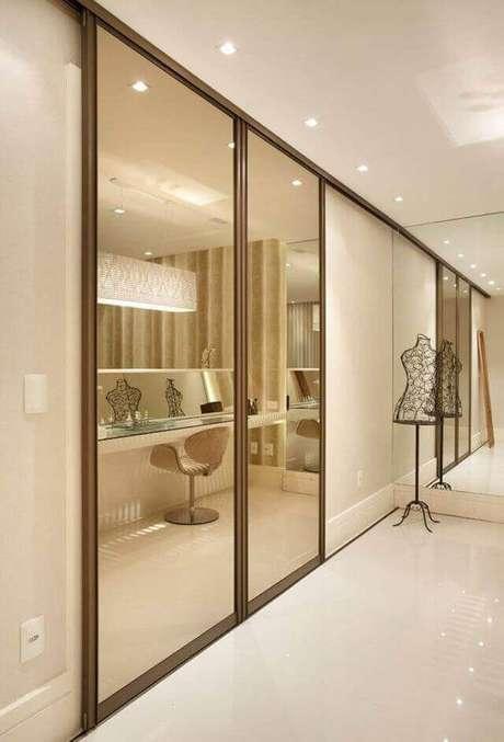 45. Modelos de guarda roupa embutido com porta de correr de espelho – Por: Pinterest