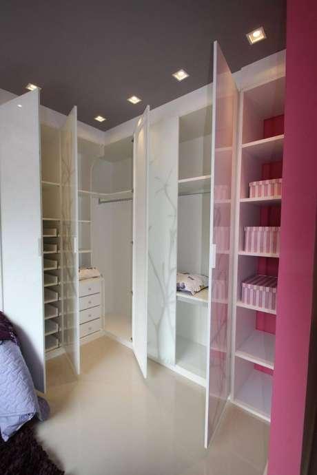 66. Modelos de guarda roupa planejado cor de rosa e branco – Por: Giusep Pecafa