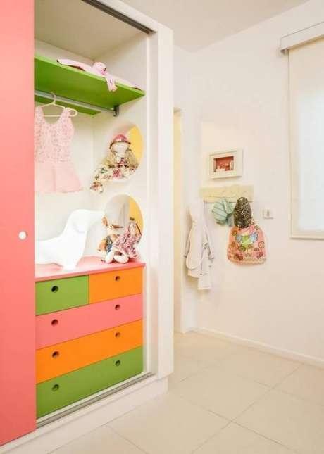 38. Modelos de guarda roupa coloridos para quarto infantil – Por: Silvana Hilbe