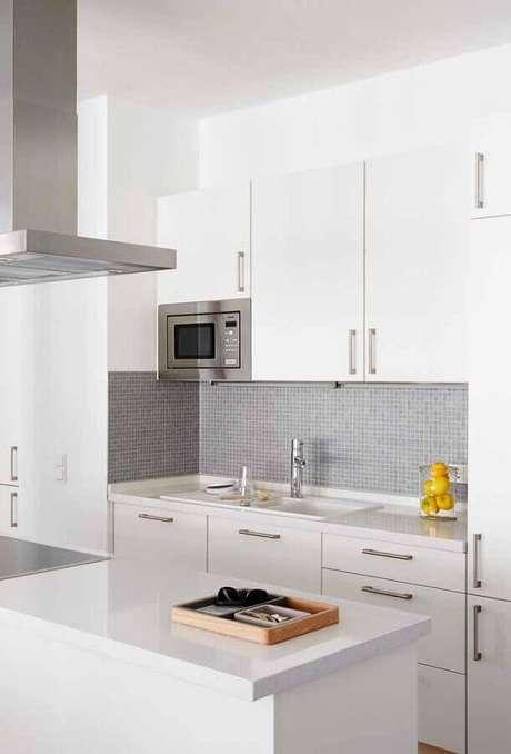 61. Pastilhas para decoração de cozinha branca simples – Foto: Pinosy
