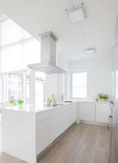 62. Decoração clean para cozinha branca com piso de madeira – Foto: Pinterest