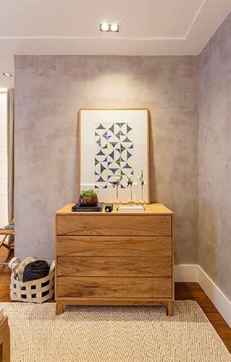9. Quarto decorado com cômoda de madeira e parede de cimento queimado – Foto: Quartos Etc