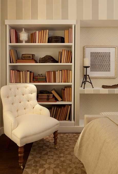 1. Quarto decorado com estante para livros – Foto: Quartos Etc