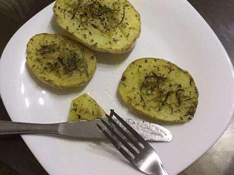 Batata assada no micro-ondas com alecrim e orégano