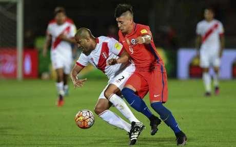 No último confronto entre as equipes, em amistoso, o Peru venceu o Chile por 3 a 0 (Foto: Martin BERNETTI / AFP)