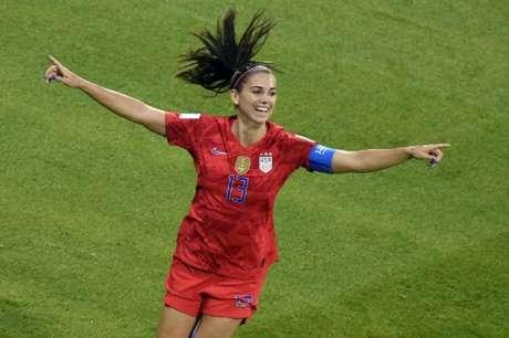 Alex Morgan marcou o gol da vitória americana (Foto: JEAN-PHILIPPE KSIAZEK / AFP)