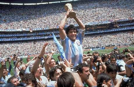 Maradona levanta troféu da Copa do Mundo de 1986, no México