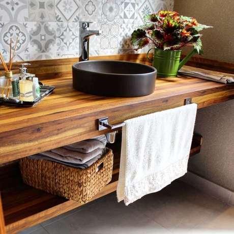1. É muito comum encontrar banheiros com bancada de madeira. Foto:Tua Casa