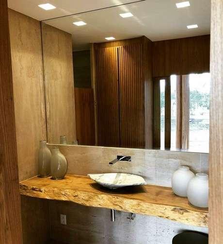 3. É importante que bancada de madeira do banheiro seja feito com um material de boa qualidade. Foto: Madeirado