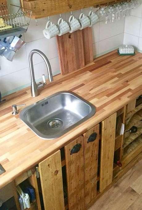 6. A bancada de madeira também pode ser utilizada como base para a pia da cozinha. Foto: Decor Fácil
