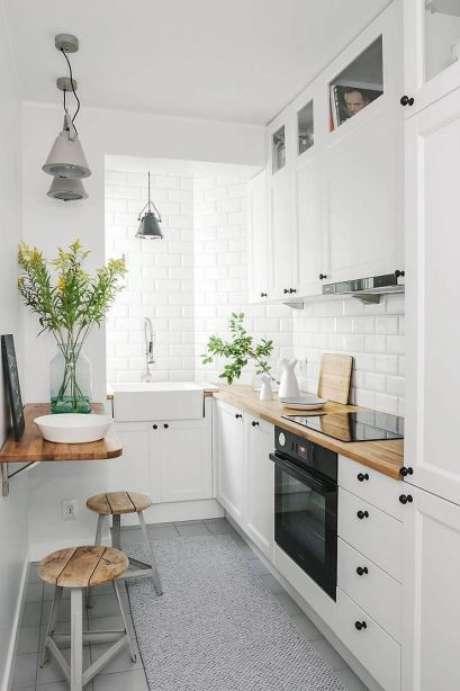12. Uma boa bancada de madeira pode mudar a aparência de uma cozinha. Foto: Casa Claudia