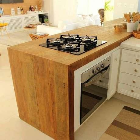 13. O fogão cooktop fica ótimo sobre uma bancada de madeira. Foto: Instagram