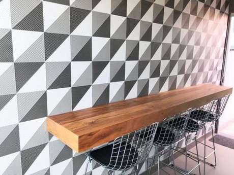 14. Uma boa bancada de madeira otimiza bastante espaço. Foto: Tua Casa