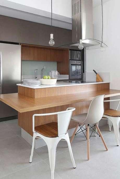 18. A bancada de madeira pode ser combinada com outros móveis. Foto: Decor Fácil