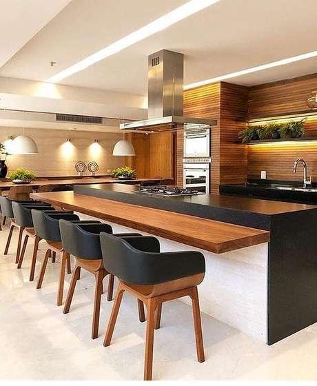 27. Uma bancada de madeira pode ser uma alternativa à sala de jantar. Foto: Instagram