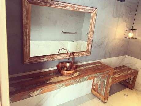 30. Um banheiro rústico pode ser feito facilmente com uma boa bancada de madeira. Foto: Dicas Decor