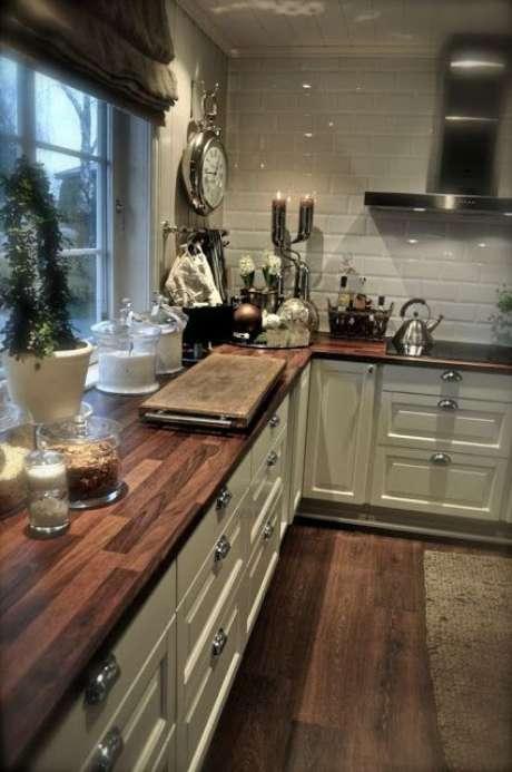 31. Uma cozinha pode ser combinada de muitas formas com a bancada de madeira. Foto: Renovalar