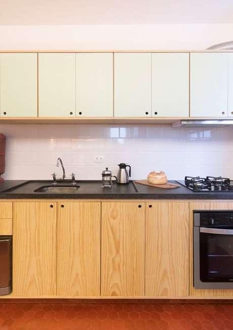 41. Uma boa bancada de madeira pode ser utilizada por toda a cozinha. Foto: Ina Arq
