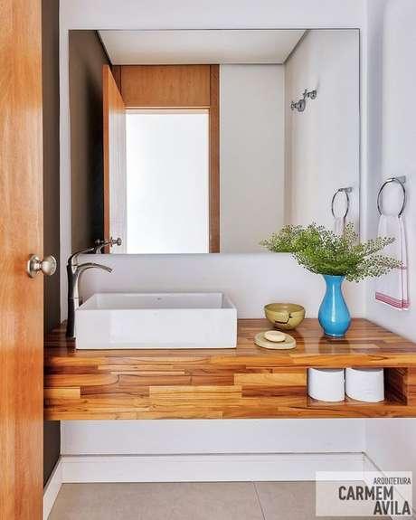 45. Uma bancada de madeira envernizada possui um toque mais clássico. Foto: Tua Casa