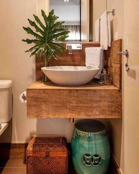 49. Plantas combinam muito bem com a bancada de madeira. Foto: Tua Casa