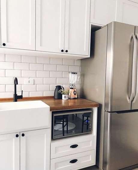 52. A bancada de madeira na cozinha pode ser pequena e funcionar mais como um detalhe na decoração. Foto: Instagram