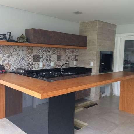 53. A bancada de madeira pode ser modular e ser o destaque da cozinha. Foto: Tua Casa