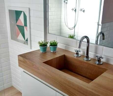 55. A bancada de madeira para banheiro pode ser a vazada, formando uma cuba. Foto: Instagram