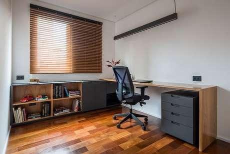 57. A bancada de madeira pode ser utilizada em quartos e escritórios. Foto: Ina Arq