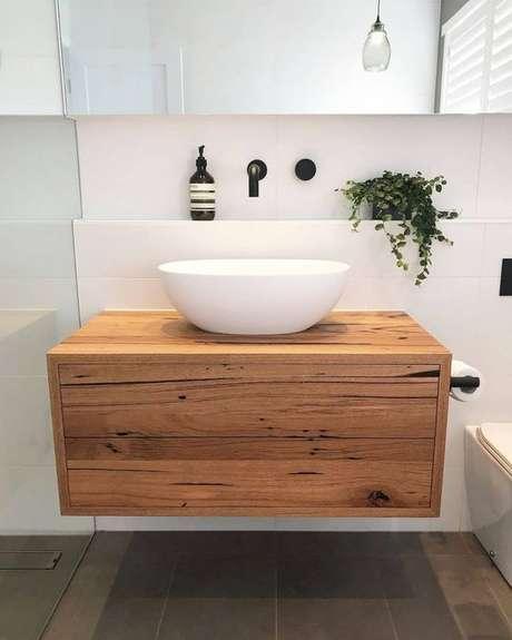 58. A bancada de madeira para banheiro pode formar um pequeno gabinete. Foto: Dicas Decor
