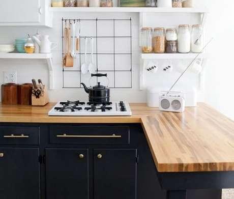 59. A cozinha com bancada de madeira pode ser tanto moderna quanto contemporânea. Foto: Studio Lab Decor
