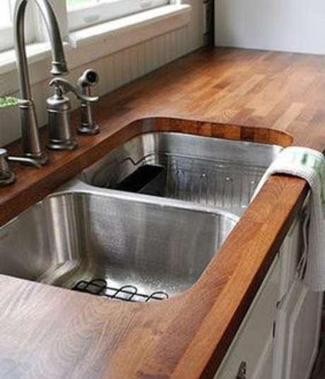 60. A pia da cozinha também fica ótima com uma bancada de madeira. Foto: ZAP em Casa