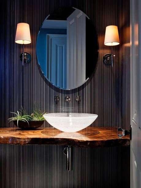 9. Aposte no papel de parede para ter um lavabo ainda mais personalizado com sua cuba de vidro