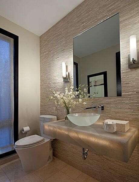 10. Banheiro clássico com a cuba de vidro e parede em revestimento de pedra canjiquinha