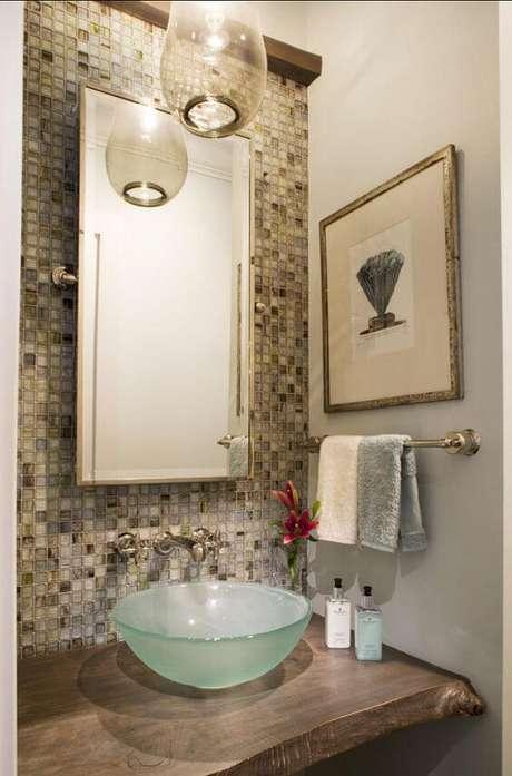 1. Banheiro com cuba de vidro e pastilhas coloridas para banheiro clássico – Por: Home Bunch