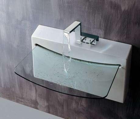 65. Banheiro com cuba pequena de vidro – Por: Construindo Decor