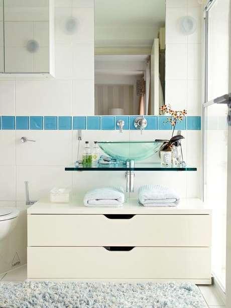 52. Cuba de vidro azul para banheiro clean – Por: Pinterest
