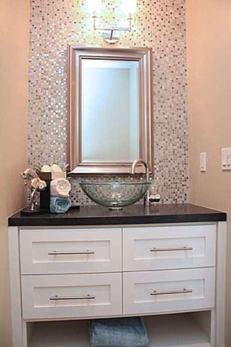 31. Cuba de vidro para lavabo com pastilhas ao redor do espelho – Por: Zillow