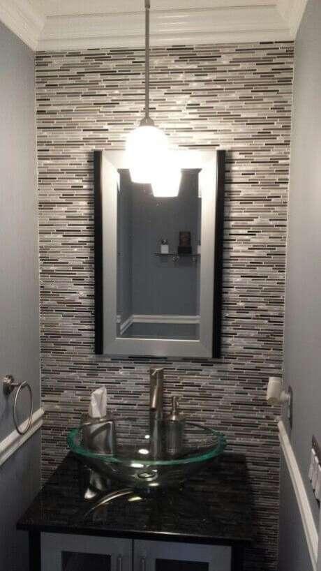 25. Cuba de vidro para banheiro com decoração moderna em tons de cinza e preto