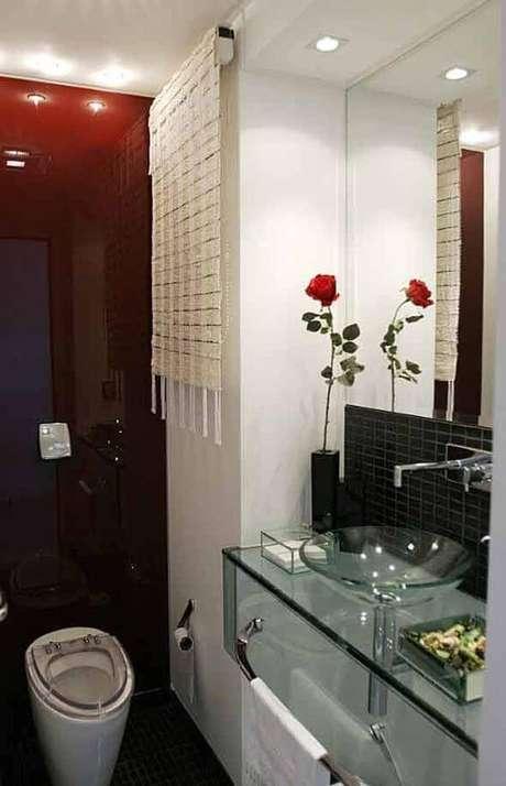 39. Cuba de vidro com decoração de banheiro vermelha – Por: Vai Com Tudo
