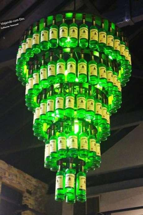 12. Um desses elementos de modelos de lustres podem ser garrafas de vidro. Foto: Arquitetura e Decoração