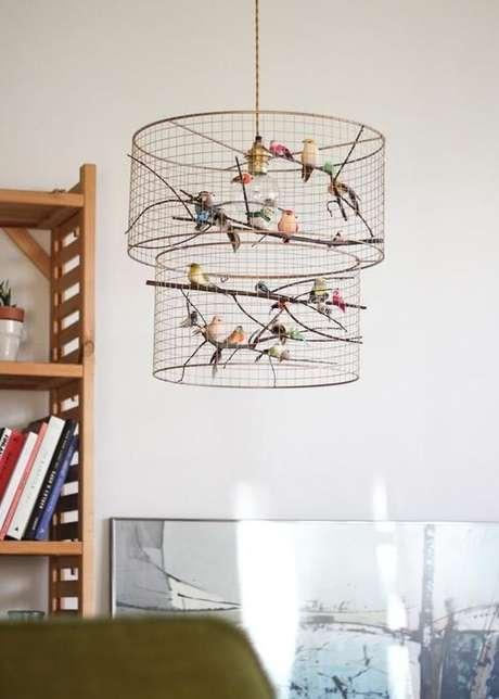 13. Alguns modelos de lustres permitem uma decoração na própria peça. Foto: Pinterest