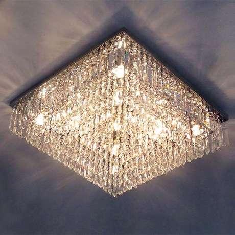 23. Muitos modelos de lustres para cristal também podem estar afixados no teto do cômodo. Foto: Hunter Trade
