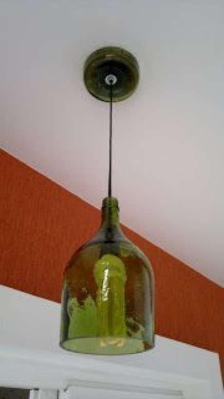 34. As garrafas utilizadas em alguns modelos de lustres são cortadas para dar uma efeito mais industrial. Foto: Quinha em Casa